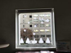 子ども交流館 ロビー窓辺の雪の飾り